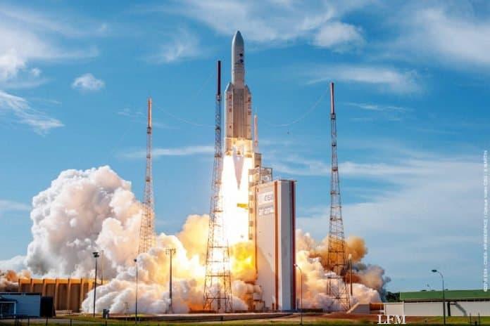 Bilderbuchstart der Ariane 5ECA mit dem EDRS C-Satelliten: Am 06. August um 21:30 Uhr Mitteleuropäischer Sommerzeit (16:30 Uhr Ortszeit Kourou) startete eine Trägerrakete Ariane 5 ECA mit dem ersten eigenen Satelliten des europäischen Datenrelaissystems EDRS in den geostationären Orbit. Bei dem Start von Europas Raumflughafen in Kourou in Französisch-Guayana war als weitere Nutzlast zudem der Satellit Intelsat-39 an Bord.