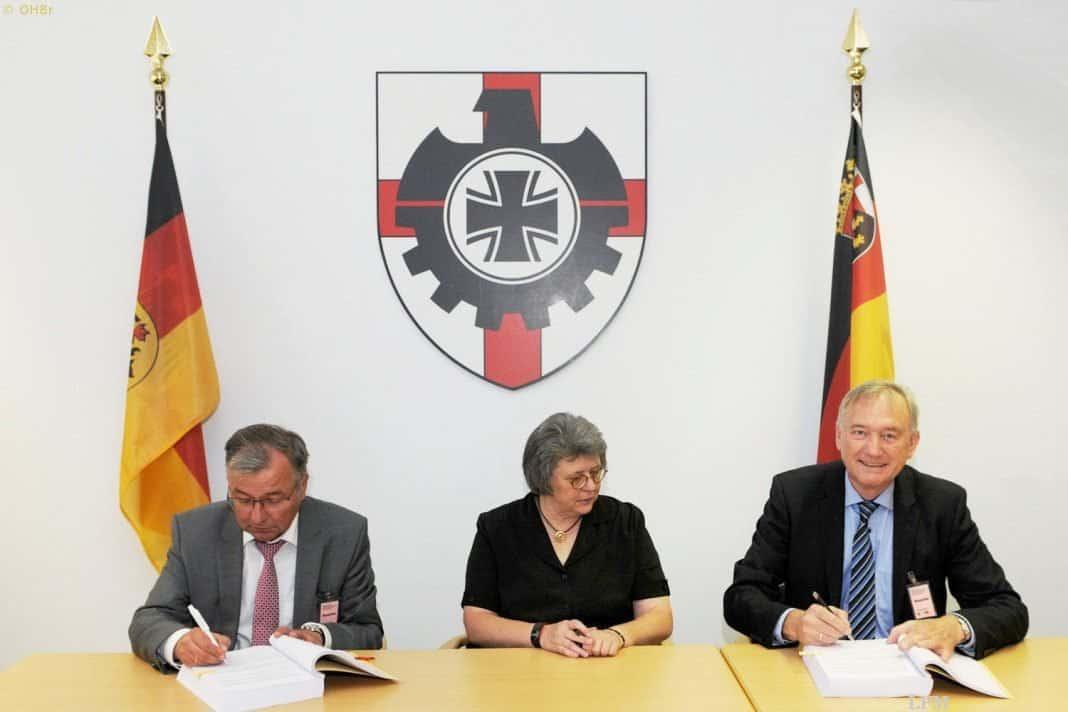 (v.l.): Kurt Melching, Mitglied des Vorstands der OHB System AG, Kornelia Lehnigk-Emden, Stellvertretung des Vizepräsidenten BAAINBw und Dr. Ingo Engeln, Mitglied des Vorstandes der OHB System AG, bei der Vertragsunterzeichnung in Koblenz.
