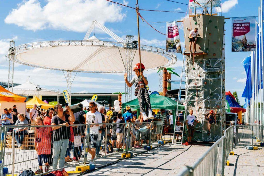 Der acht Meter hohe Kletterturm war ebenso dicht umlagert wie die fast 30 Meter lange Zipline der Eurowings