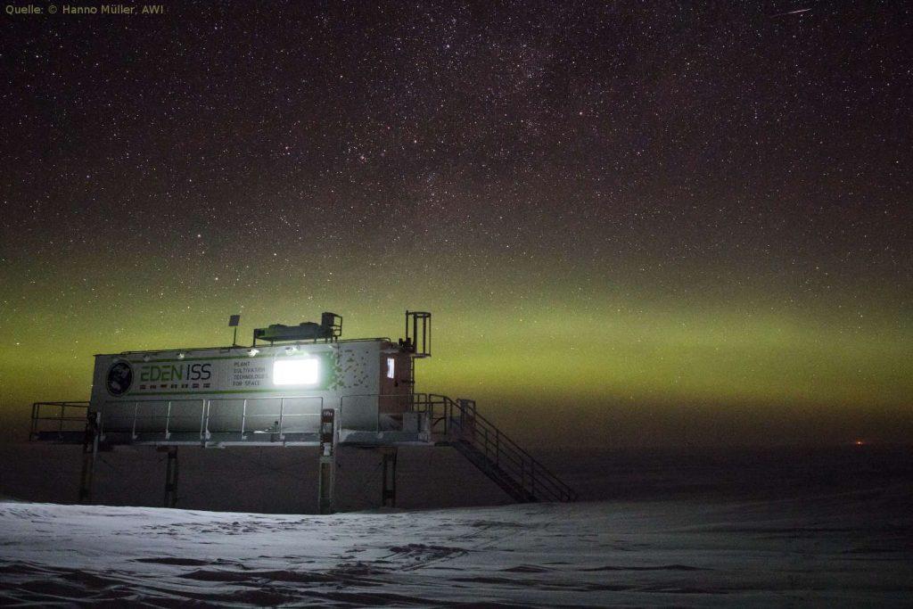 EDEN-ISS Gewächshaus unter Polarlichtern: Gewächshaus-Projekt EDEN-ISS: Gemüsezucht im ewigen Eis – ohne Erde und unter künstlichem Licht.