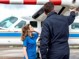 DLR-Flugversuchsingenieur Sebastian Burwitz erklärt Studentin Lisa Zetsche das Flugzeug, mit dem die Studierenden der DLR_Uni_Summer_School an den Flugversuchen teilnehmen