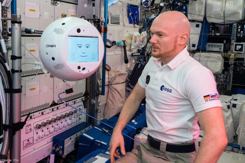 CIMON und Alexander Gerst: Am 15. November 2018 war CIMON, ein in Deutschland entwickeltes und gebautes Technologie-Experiment, zum ersten Mal an Bord der Internationalen Raumstation im Einsatz. Der interaktive, mobile und mit einer künstlichen Intelligenz ausgestattete Astronauten-Assistent ist Teil der aktuellen horizons-Mission des deutschen ESA-Astronauten Alexander Gerst.