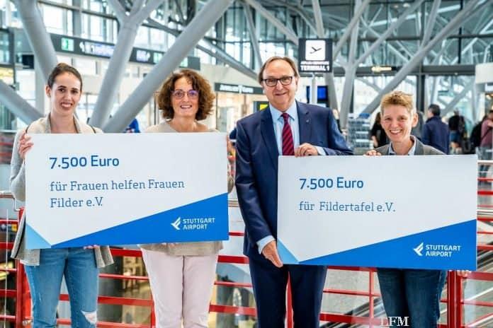 Flughafengeschäftsführer Walter Schoefer überreicht die symbolischen Schecks