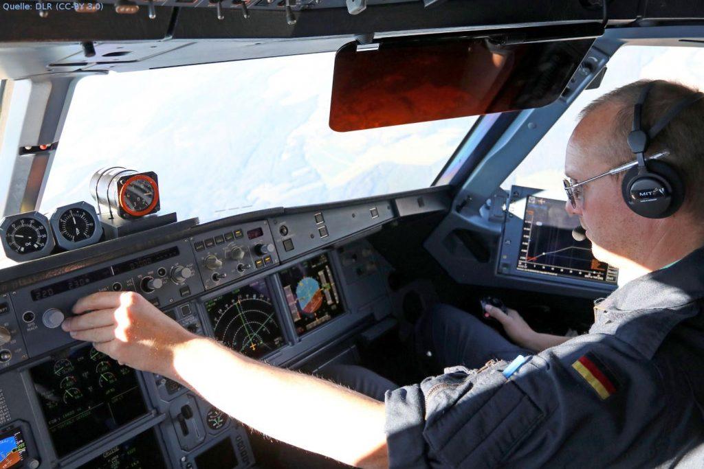 Testpilot im Forschungsflugzeug: DLR-Testpilot Georg Mitscher im Cockpit des Forschungsflugzeug ATRA (Advanced Technology Research Aircraft). In einer Reihe von Flugversuchen erprobt das DLR wie mit dem Assistenzsystem LNAS lärmarme Anflüge durchgeführt werden können.