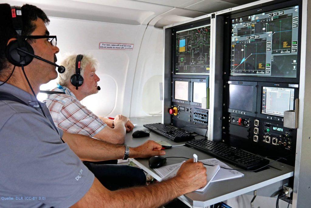 Blick auf die Basismessstation im ATRA: Von der Überwachungsstation der Flugtestinstrumentierung an Bord des Forschungsflugzeugs ATRA begleiten DLR-Wissenschaftler die Flugversuche in Zürich.
