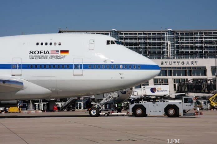 Blick auf den vorderen Rumpf der 747SP: Nachts ist das Flugzeug gelandet. Besucher haben eine besondere Gelegenheit das weltweit einmalige Flugzeug zu bestaunen.