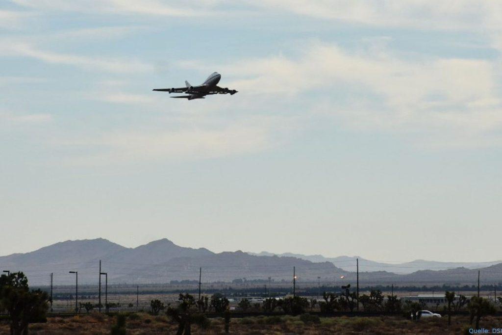 SOFIA kurz nach dem Start von ihrer Heimtbasis Palmdale/Kalifornien: Stationiert ist die umgebaute Boeing 747SP am Dryden Flight Research Center der NASA in Palmdale im US-Bundesstaat Kalifornien. Von dort aus ist sie nach Stuttgart geflogen, wo sie am frühen Morgen des Montag, 16. September, eingetroffen ist.