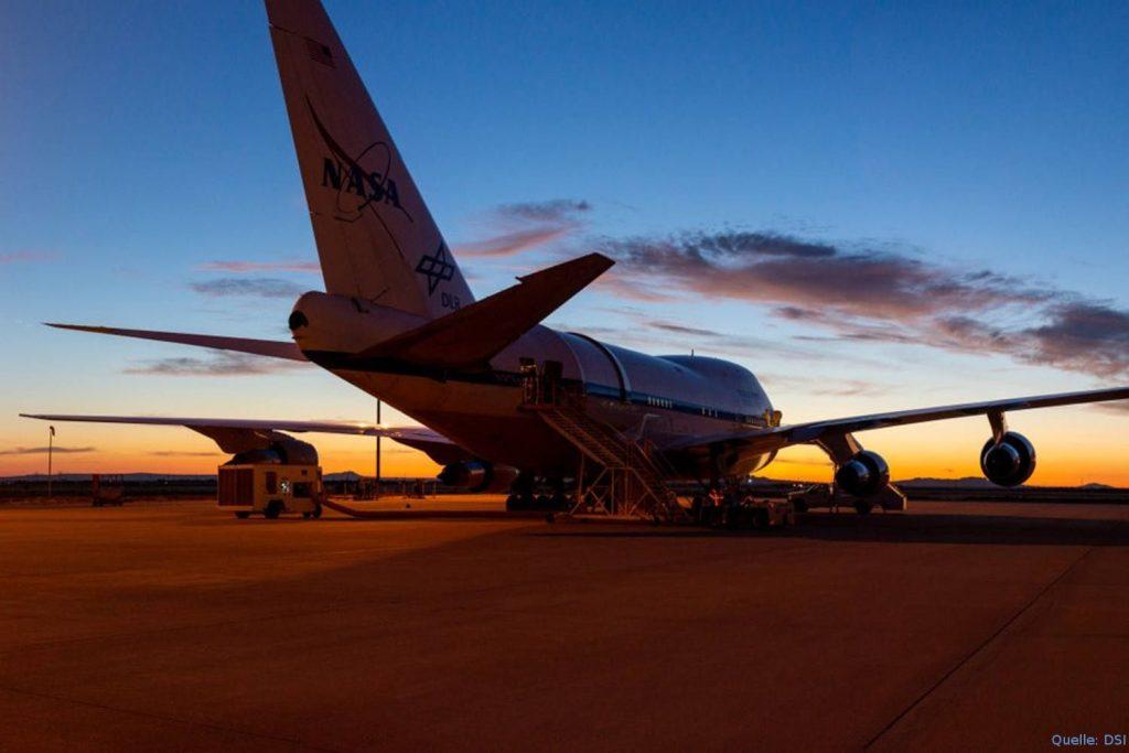 SOFIA in Palmdale vor dem Flug nach Deutschland: An Bord der umgebauten Boeing 747SP mit dem Kennzeichen N747NA ist ein Spiegelteleskop installiert. Das Spezialflugzeug besitzt einen kürzeren Rumpf, eine größere maximale Flughöhe und eine größere Reichweite als die Grundversion 747-100/200. SOFIA ist seit dem 30. November 2010 im Einsatz.