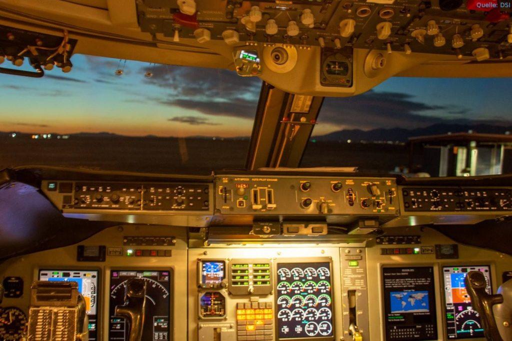 SOFIA in Palmdale/Kalifornien vor dem Flug nach Stuttgart: Blick in das Cockpit der Boeing 747SP.