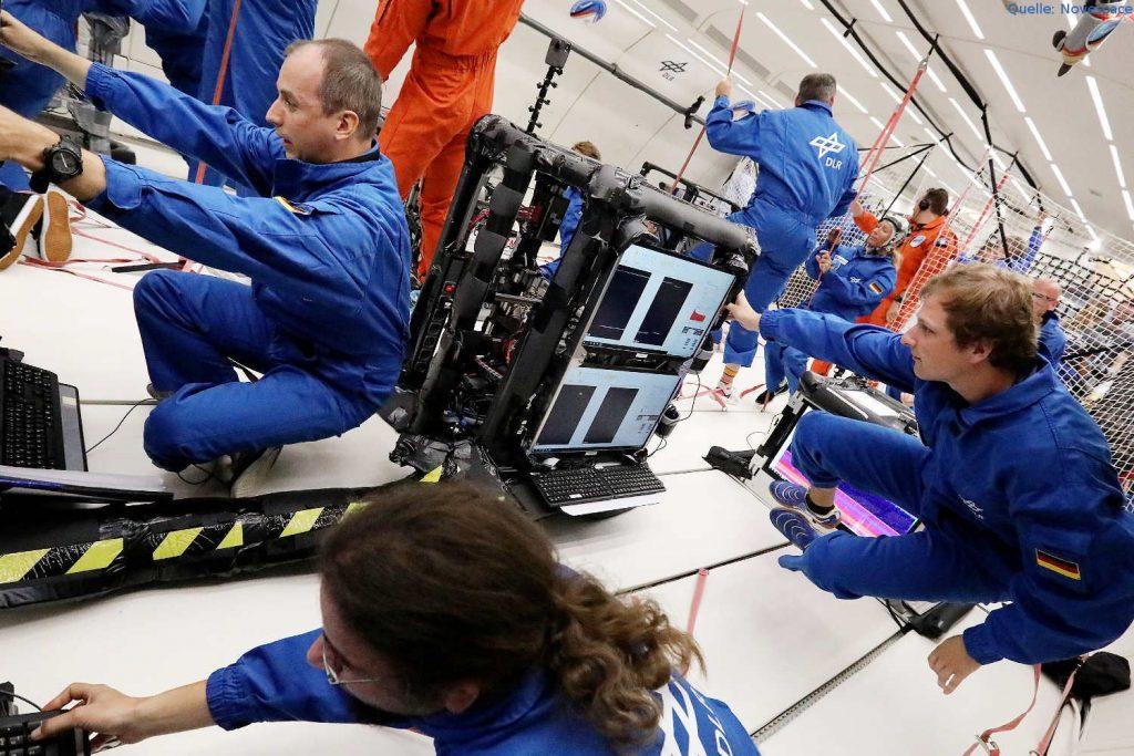 Staubige Plasmen und ihre Stereoskopische Untersuchung in Schwerelosigkeit: Plasma ist ein elektrisch leitfähiges Gas. Im Weltraum ist das Plasma der Normalzustand, auf der Erde nutzen wir Plasmen u.a. in Leuchtstofflampen und zur Chipherstellung. Wissenschaftler der Universität Greifswald untersuchten bei der 34. DLR-Parabelflugkampagne das Verhalten staubiger Plasmen in Schwerelosigkeit.