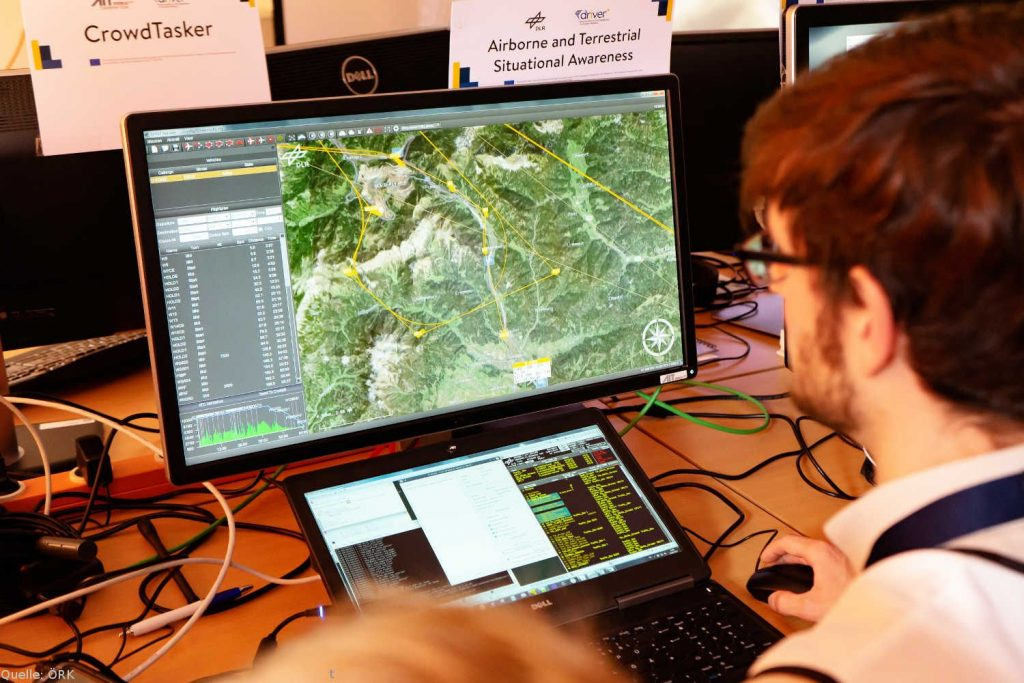 Bodenkontrollstation UFly: Forscher an der Bodenkontrollstation UFly zur Missionsplanung des Forschungsflugzeugs D-CODE im Lagezentrum.