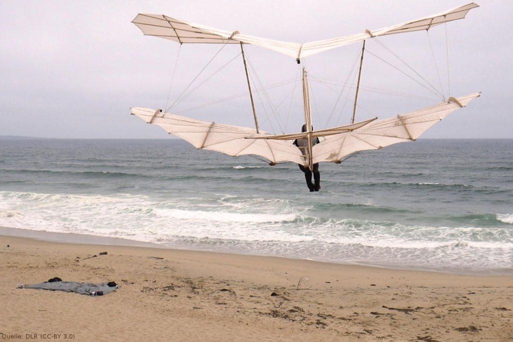 Flug des Lilienthal-Doppeldeckers: Die Flüge waren bis zu 100 Meter weit – von den Dünen bis zum Meer.