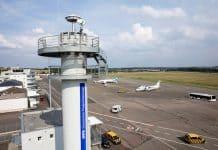 Blick auf den neuen Remote Tower am Flughafen Saarbrücken mit einer 360° Kamera und zwei PTZ Kameras.