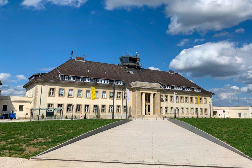 Der Kontrollturm am Flughafen Braunschweig Wolfsburg befindet sich direkt auf dem Dach des Hauptgebäudes.