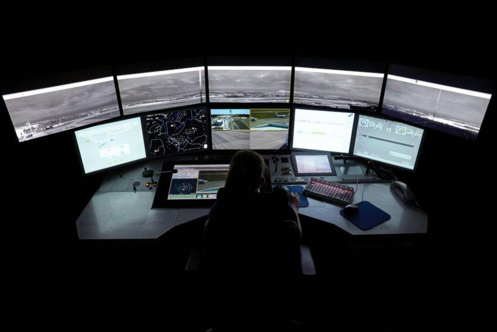 Eindruck des DFS Arbeitsplatzes zur Überwachung des Flughafens Saarbrücken aus dem Remote Tower Center in Leipzig.