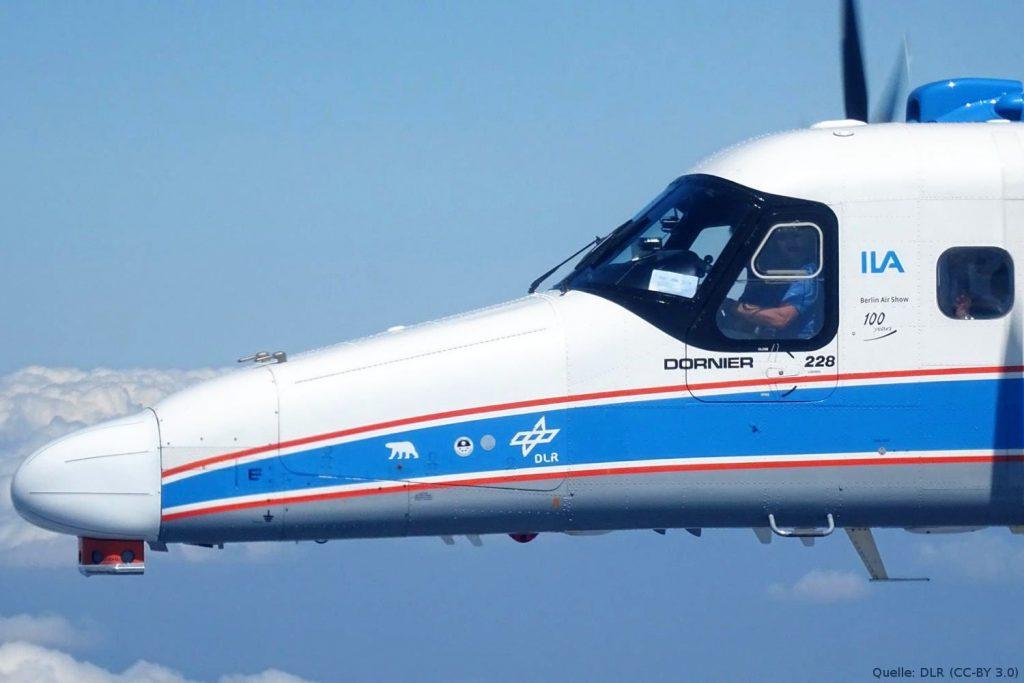 DLR Forschungsflugzeug Dornier DO228 D-CODE im Versuchseinsatz für das Projekt ProSA-n: Vorn am Flugzeug sieht man den neu entwickelten Radom, der den Radarsensor von Hensoldt enthält. Darunter befindet sich der elektrooptische (EO)-Sensor von Diehl. Der EO-Sensor beinhaltet hochauflösende digitale Schwarzweiß-Kameras, die anfliegende Objekte optisch erfasst, was in der Datenfusion mit den Radardaten die Stärken beider Technologien zur bestmöglichen Erkennung ergeben hat