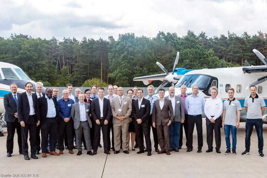 Team der Flugversuche: Insgesamt arbeiteten rund 40 Mitarbeiterinnen und Mitarbeiter von Diehl, Hensoldt und DLR gemeinsam an der Vorbereitung und Durchführung der Flugversuche für das Projekt ProSA-n.