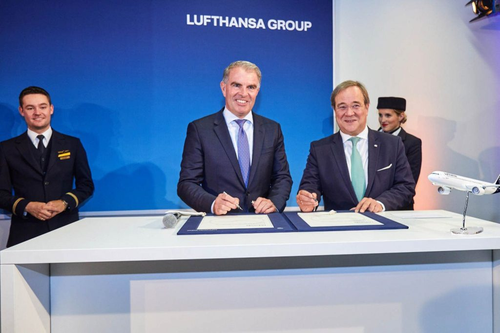 Armin Laschet, Ministerpräsident von Nordrhein-Westfalen und gebürtiger Aachener, und Carsten Spohr, Vorstandsvorsitzender der Deutschen Lufthansa AG, bei der Unterzeichnung der Taufurkunde des Airbus A321neo am Flughafen Düsseldorf.