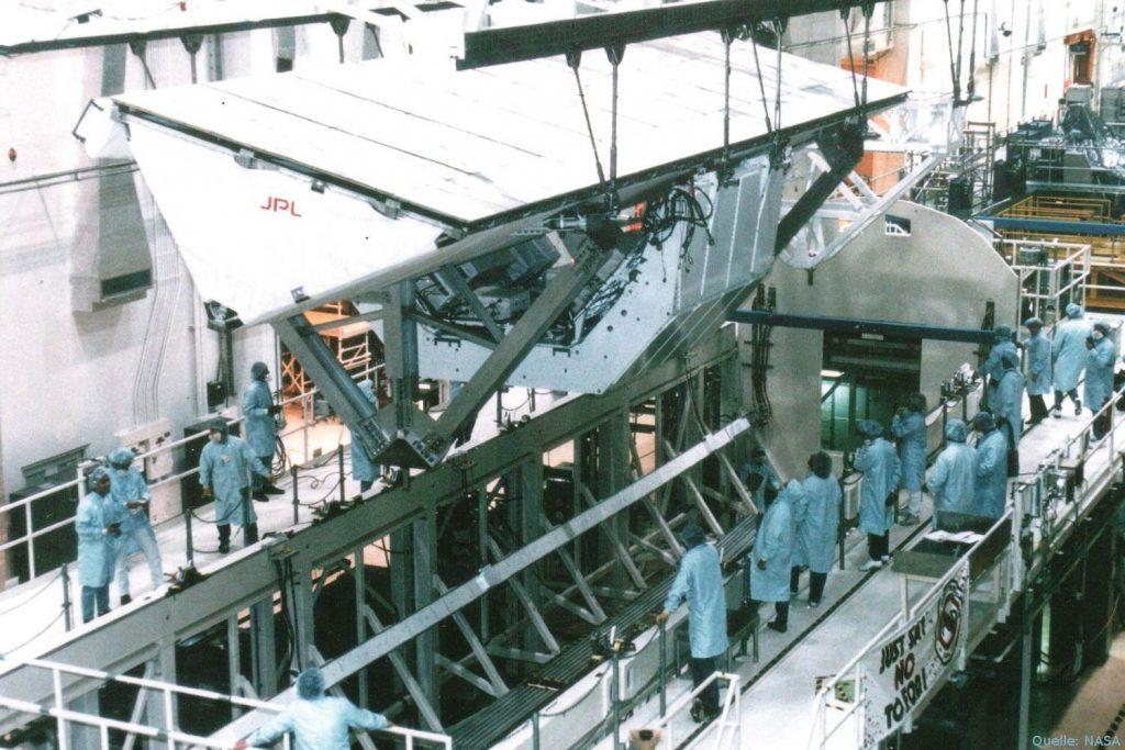 Antennenintegration X-SAR und SIR-C für die Shuttle-Radar-Missionen im Kennedy Space Centre 1994.