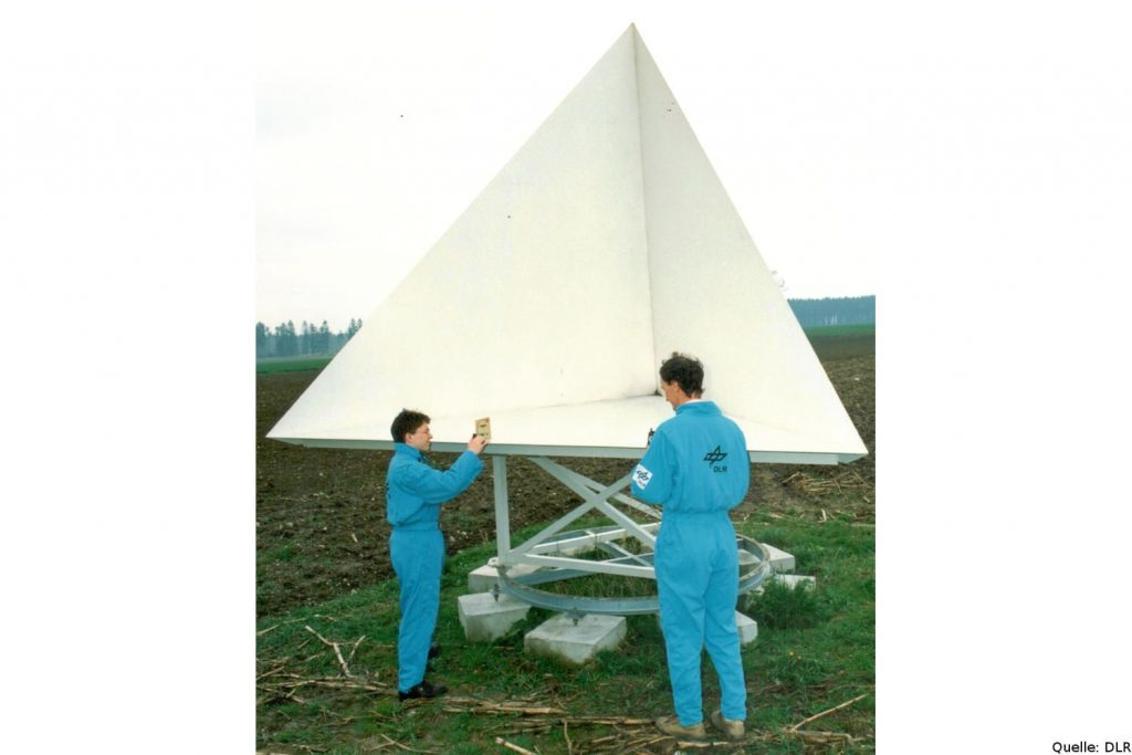 Kabibrierungsinstrument für die X-SAR-Missionen, aufgestellt vom Institut für Hochfrequenztechnik der Deutschen Forschungsanstalt für Luft- und Raumfahrt (DLR) in einem Testgebiet in Bayern.