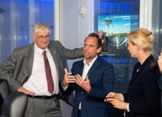 """V.l.n.r.: Prof. Dr. Hansjörg Dittus (Vorstand für Raumfahrtforschung und -technologie am DLR), Thorsten Glauber (Bayrischer Staatsminister) und Prof. Dr. Claudia Künzer (Leiterin der Abteilung """"Dynamik der Landoberfläche"""")"""