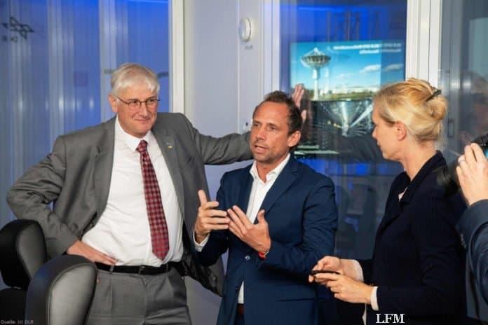 V.l.n.r.: Prof. Dr. Hansjörg Dittus (Vorstand für Raumfahrtforschung und -technologie am DLR), Thorsten Glauber (Bayrischer Staatsminister) und Prof. Dr. Claudia Künzer (Leiterin der Abteilung