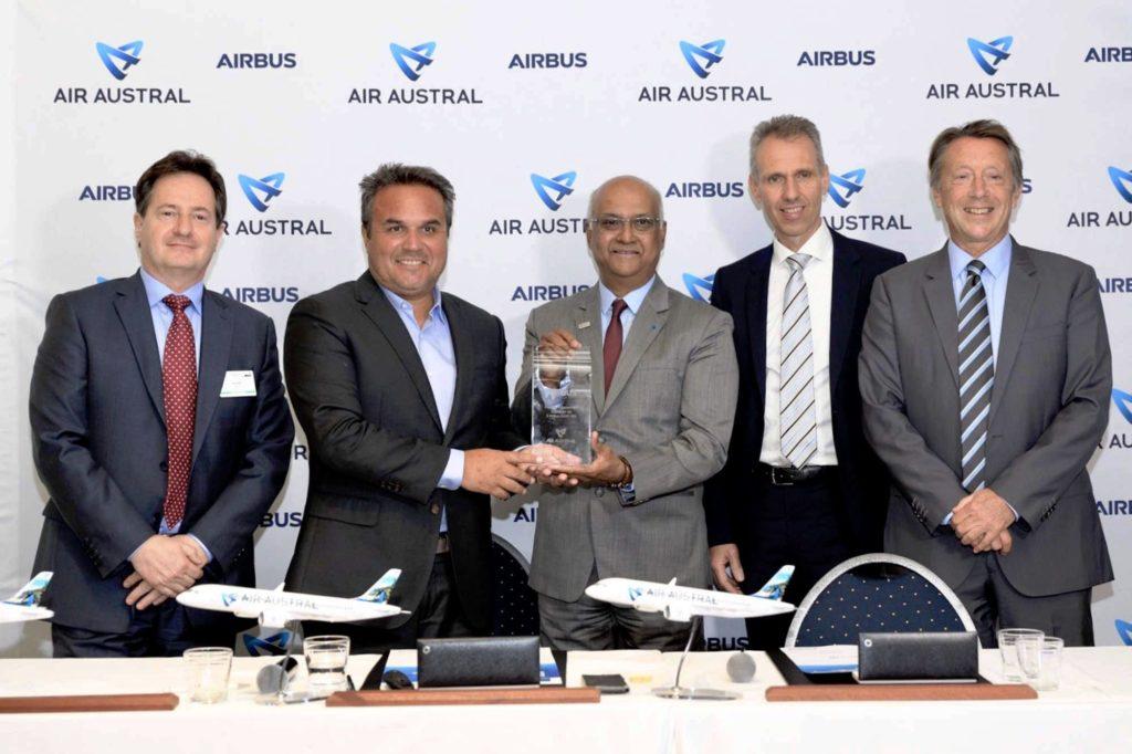 Joel Boff , Senior Sales Director Europe Airbus; Didier Robert, Präsident von Sematra; Marie-Joseph Malé, CEO Air Austral; Kimon Sotiropoulos, Airbus SVP Zentral- und Nordeuropa; Christopher Buckley, EVP Commercial Airbus.