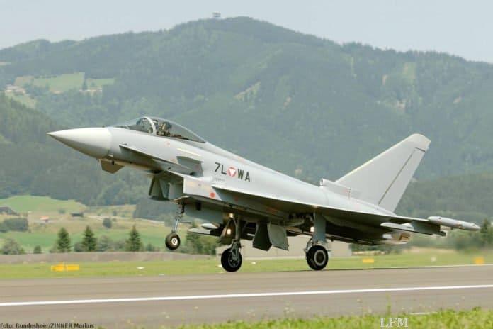 Eurofighter fliegen mit Überschall über Österreich