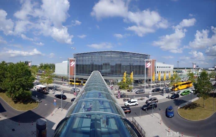 Flughafen Dresden Terminal, Vorfahrt mit Kurzzeitparkplätzen, Skywalk vom Parkhaus zum Terminal
