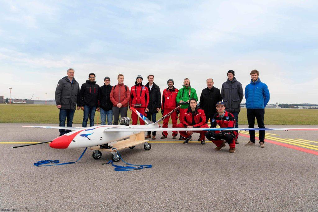 FLEXOP-Team nach erfolgreichem Erstflug: Das Flugversuchsteam freut sich über den erfolgreichen Erstflug des FLEXOP-Flugdemonstrators, der am 19. November 2019 am Sonderflughafen Oberpaffenhofen von Wissenschaftlern des DLR und der TU München durchgeführt wurde.
