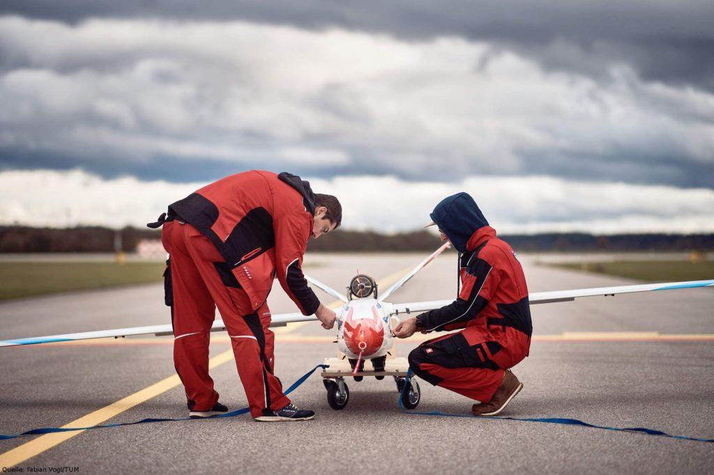 Vorbereitungen vor dem Flug: Der FLEXOP-Flugdemonstrator wird vor dem Flug zur Erprobung neuartiger WERBUNG supereffizienter Tragflächen ausführlich vorbereitet.