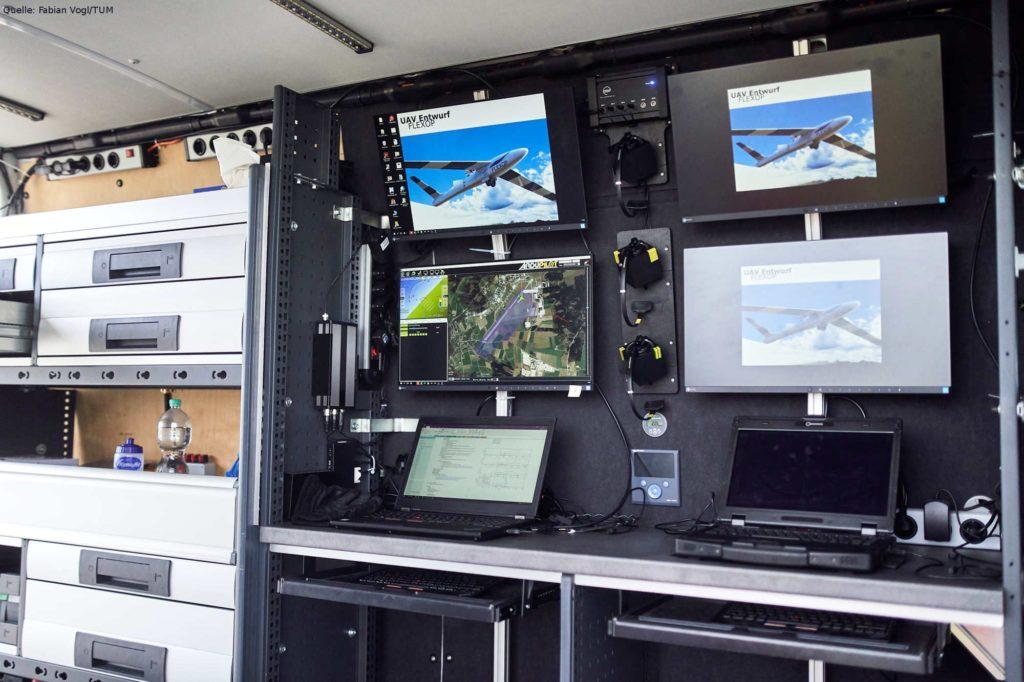 Computerarbeitsplätze in der Bodenkontrollstation: Die Bildschirme zeigen Flugroute und Blickfeld des Flugdemonstrators um ihn durch den Luftraum zu leiten. Zuletzt: Flug und Landung vom Sonderflughafen Oberpfaffenhofen.