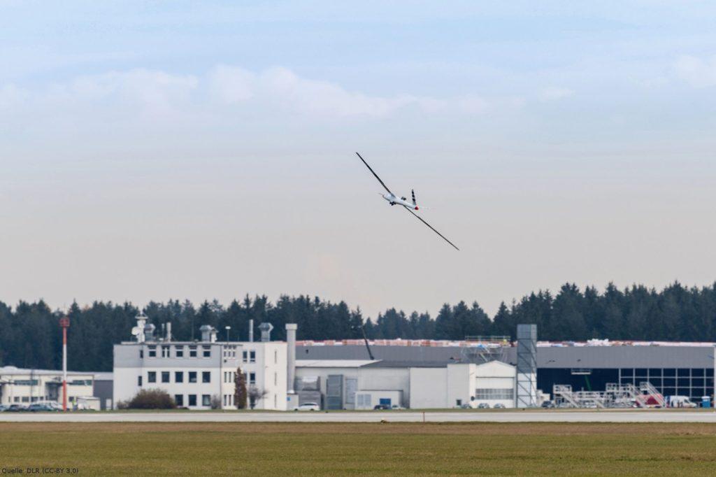 Flugdemonstrator vor der Bodenkontrollstation: Die Flugversuche des EU-Projekts FLEXOP finden am Sonderflughafen Oberpfaffenhofen statt.