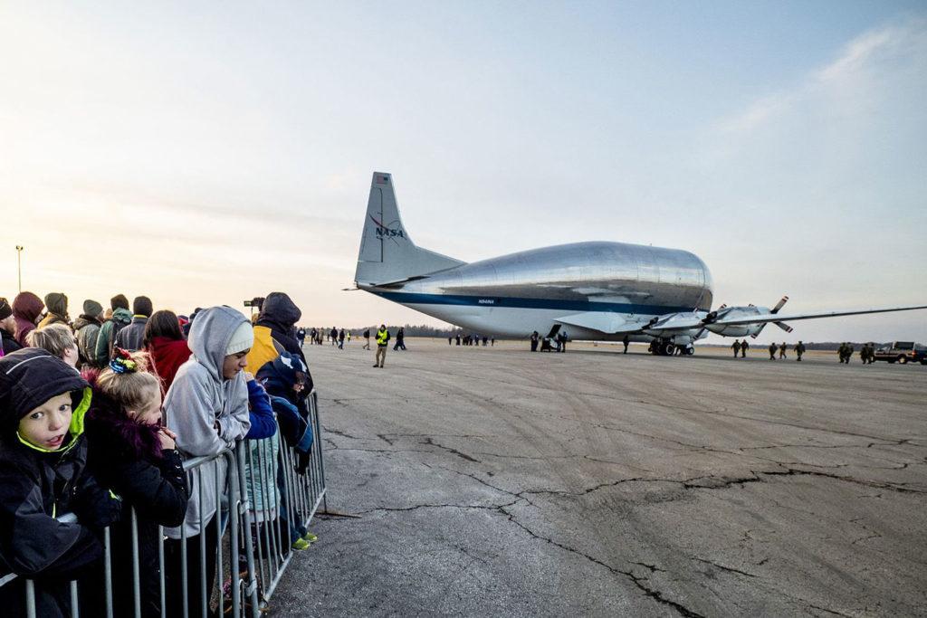 Das Raumschiff Orion wurde mit einem Flugzeug vom Typ Super Guppy vom Kennedy Space Center zur weltweit größten Thermal-Vakuumkammer der NASA geflogen.