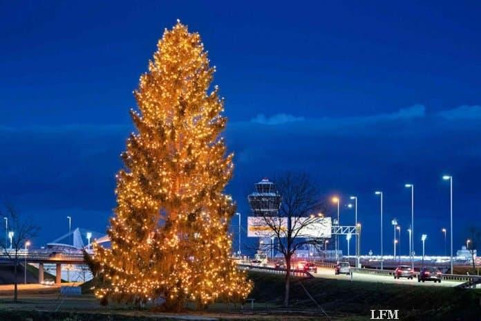Flughafen München begrüßt mit 19 Meter Weihnachtsbaum