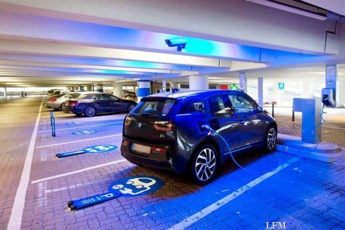 Flughafen Hamburg Mitarbeiter tanken gratis Strom