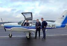 Arend van der Meer (CEO der AIS Group) mit zwei Piloten, die von der AIS Flugschule ausgebildet wurden.