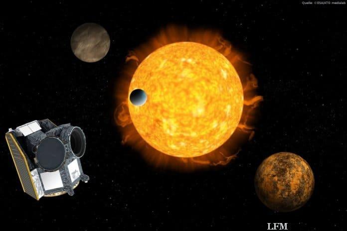 Künstlerische Impression von CHEOPS, dem charakteristischen Exoplaneten-Satelliten, mit einem Exoplaneten-System im Hintergrund: In Wirklichkeit wird sich CHEOPS im Erdorbit befinden und Exoplanetensysteme aus der Ferne untersuchen, wobei es die Größe des Planeten genau misst, während er sich vor seinem Wirtsstern bewegt.