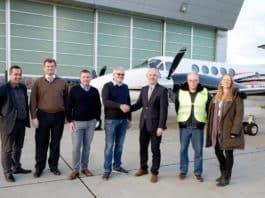 Von links nach rechts: Serkan Akin (CAMO Manager), Nicolas von Mende (CEO), Kundenpilot, Jens Reupke (Besitzer King Air 250), Hans Doll (Sales Director), Norbert Gunkel (Certifying Staff), Nadine Schirmer (Sales Assistant).
