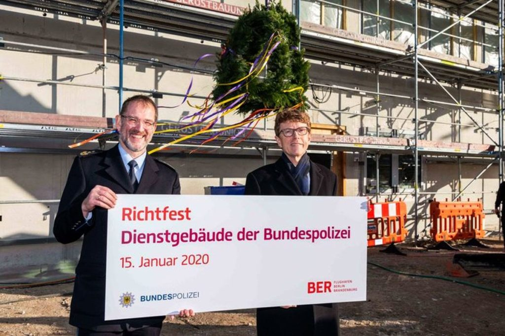 Flughafen BER: Karl-Heinz Weidner, Präsident der Bundespolizeidirektion Berlin und Prof. Dr.-Ing. Engelbert Lütke Daldrup (rechts im Bild), Vorsitzender der Geschäftsführung der Flughafen Berlin Brandenburg GmbH