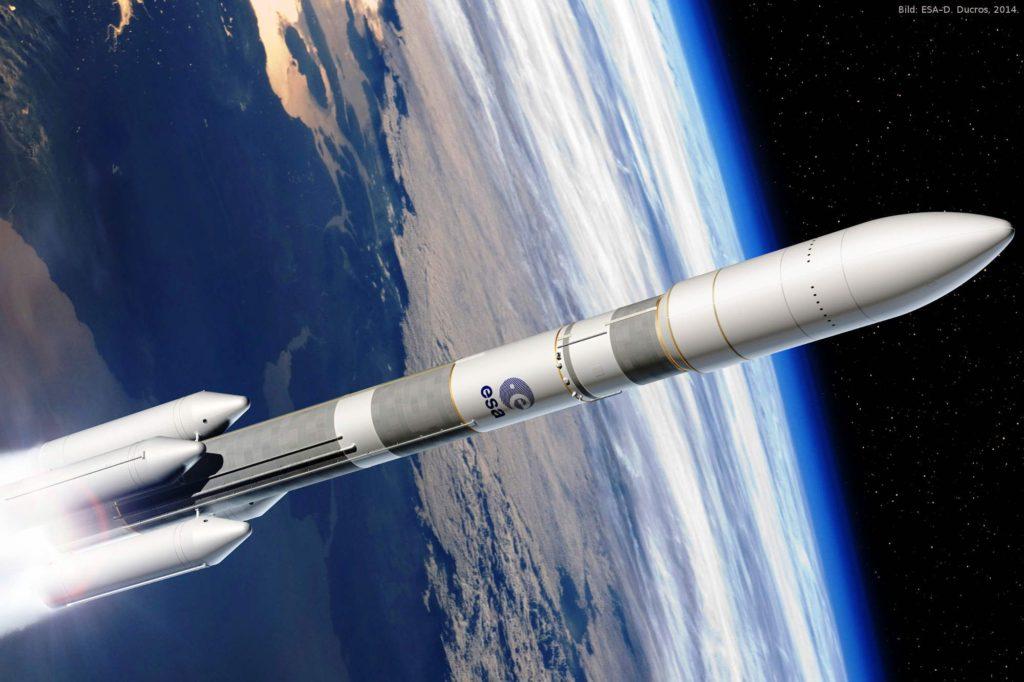 Darstellung der Ariane 6 mit vier Feststoff- Boostern: Die Ariane 6 kann, je nach Konfiguration, fünf oder elf Tonnen Nutzlast in den Weltraum transportieren; dafür ist sie dann entweder mit zwei (A62) oder vier Boostern (A64) ausgestattet.