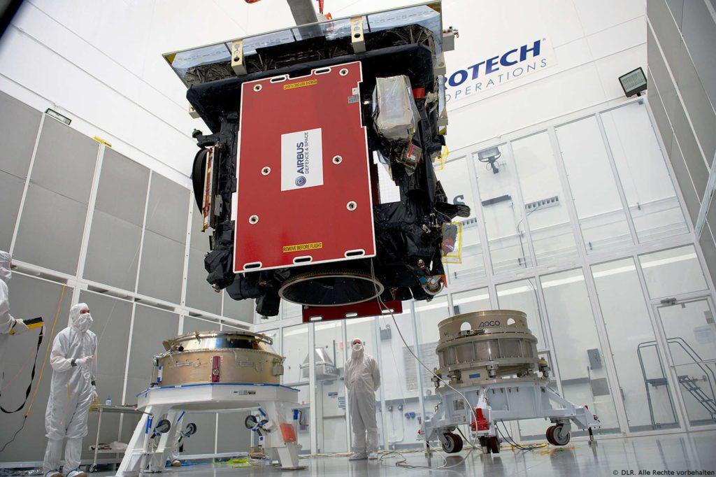 Vorbereitungen für den Start mit Atlas V: Solar Orbiter wird auf dem Nutzlastadapter der Atlas-V-Trägerrakete installiert. Nach dem Aussetzen im All hat die Sonde eine rund eineinhalb Jahre dauernde Reise bis zur Sonne vor sich.