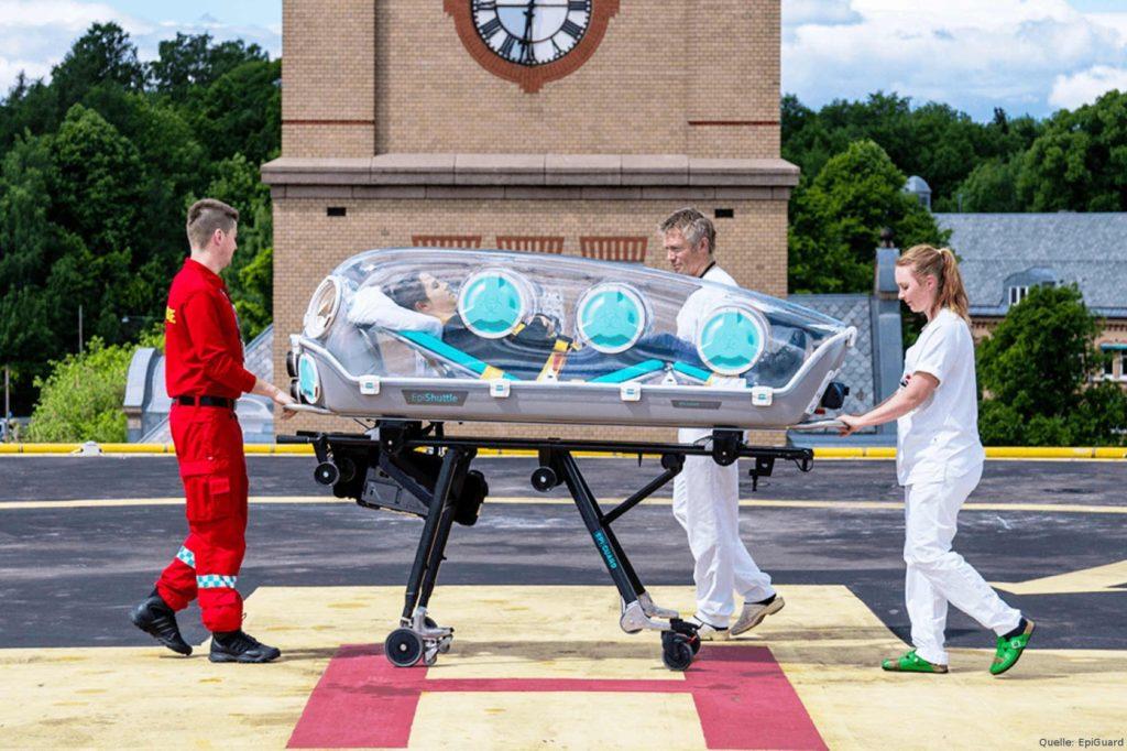 """DRF Luftrettung mit Isoliertragen, sogenannten """"EpiShuttles"""", ausgestattet."""