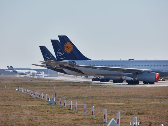 Lufthansa Flugzeuge parken auf der Startbahn Nordwest am Flughafen Frankfurt