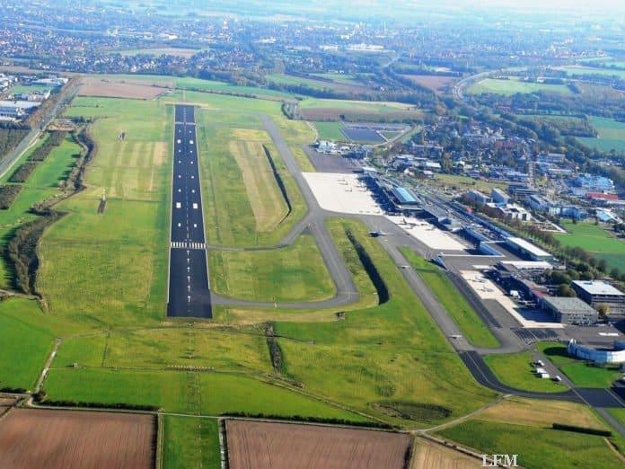 Luftbild mit Blick auf das Flughafengelände, inkl. Start- und Landebahn (SL-Bahn) und Terminalgebäude am Dortmund Airport.