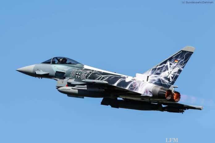 Eurofighter fliegt mit Sonderfolierung