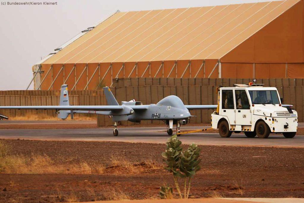 Drohne Heron TP auf die Startbahn geschleppt