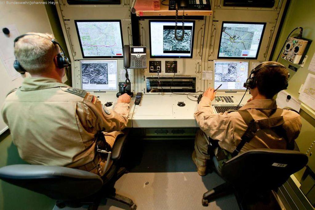 Zum Team um den Flug des Heron gehört ein Pilot, der Remotely Pilot Aircraft Führer, und ein Nutzlastbediener, der die Kameras steuert, auch Tactical Operator genannt.