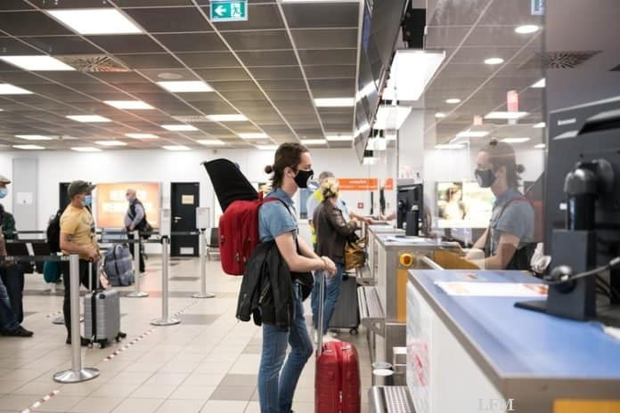 Plexiglas-Trennscheiben an den Check-in- und Boarding-Schaltern schützen Reisende und Mitarbeiterinnen und Mitarbeiter.