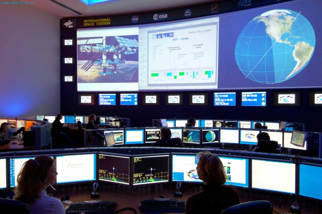 Columbus-Kontrollzentrum: Blick in das Columbus-Kontrollzentrum, das sich im Deutschen Raumfahrt-Kontrollzentrum des DLR in Oberpfaffenhofen befindet. Das Columbus-Kontrollzentrum steuert im Auftrag der ESA den Betrieb des Weltraumlabors und koordiniert das wissenschaftliche Programm.